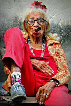 Geek Discover Old Cuban Lady with Cigar Alte kubanische Dame mit Zigarre Young At Heart Advanced Style Happy B Day People Around The World Belle Photo Alter Look Fashion Face Fashion Funny Fashion Happy B Day, People Around The World, Old Women, Old Ladies, Belle Photo, Look Fashion, Face Fashion, Funny Fashion, Swag Fashion