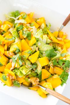 Mango Salad with Peanuts and Avocado! Mango Avocado Salad, Mango Salat, Whole Food Recipes, Soup Recipes, Vegan Recipes, Vegan Food, Healthy Food, Tasty, Yummy Food