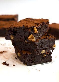 El mejor brownie sin gluten. Esta receta es vegana y más ligera y saludable que los brownies tradicionales, además está riquísimo, ¡tienes que probarlo!