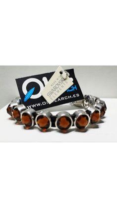 Diseño único que combina cuero con pasadores bañados en plata y entrepiezas  de cristal de SWAROVSKI® ELEMENTS.