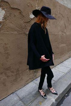 Que tal arrasar no próximo inverno com um super chapéu e flats de tiras? Ousem meninas! os acessórios estilosos deixam qualquer look all black repleto de charme! Tem seleção com lindos chapéus aqui -http://bit.ly/2obYNHE e aqui, tem sapatilha no mesmo estilo da foto -http://bit.ly/2nt0zHk