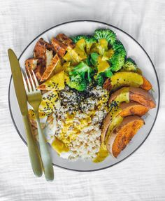 DINNER ⭐️ brown rice, cinnamon roasted butternut pumpkin, steamed broccoli, marinated tofu and oyster mushrooms all drizzled with a golden curry sauce (which is mind blowing btw) and black sesame seeds ✨