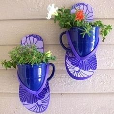 Wall planters from flip flops and coffee mugs.  This would be cute indoors or out Voor een zomerssfeertje aan de tuinmuur/schutting