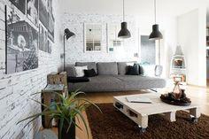 Helles Wohnzimmer Mit Couch Und Euro Paletten Couchtisch Sowie Flauschigem Braunem Teppich Dunklen Deckenleuchten Wohnen In Wiesbaden