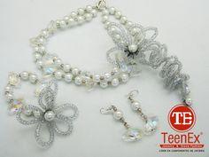 Collar y pulsera con perla de cristal, retina tubular y cristal fantasía. Aretes con cristal fantasía.