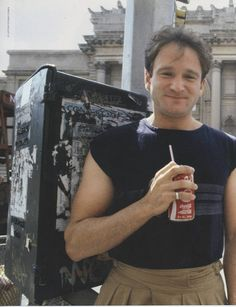 Robin Williams, hanging around drinking coca cola Robin Williams Young, Robin Williams Movies, The Expendables, I Miss Him, People Laughing, Jackie Chan, Jack Nicholson, Cinema, Clint Eastwood