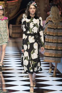 The complete Dolce & Gabbana Fall 2016 Ready-to-Wear fashion show now on Vogue Runway. Fashion Week, Milan Fashion, Runway Fashion, Fashion Show, Fall Fashion, Moda Floral, Floral Fashion, Modest Fashion, Fashion Outfits