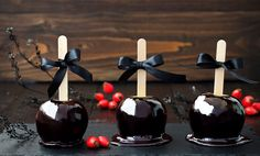 Scoprite le mele caramellate di Halloween più belle. Colorate e decorate, le mele di Halloween golose e perfette per decorare la vostra casa
