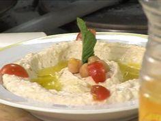 Voici une vidéo qui vous montre comment faire un houmous succulent ! Houmous vient de l'arabe ????? 'pois chiche'. Suivant les pays vous le verrez écrit:hommos,hoummous,houmos,oumos,humusouhummus, » Suivez les conseils du chef en vidéo depuis son atelier ! Ingrédients pour 8 personnes : 500g de pois chiches, 200g de tahiné (crème de sésame), 3 c. à s. d'huile d'olives, 10cl d'eau, 12cl de jus de citron, du sel du poivre. Préparation : Mettre les pois chiches ...