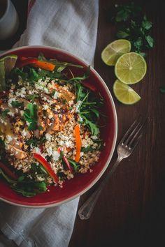 ιδού η αγαπημένη μου σαλάτα, με την πρασινάδα, το κοτοπουλάκι, την κινόα, τις πιπεριές, το τυράκι της φυσικά, και ορισμένα από τα πιο αγαπημένα μου αρώματα. Asian Chicken Salads, Curry, Ethnic Recipes, Food, Curries, Meals, Yemek, Eten