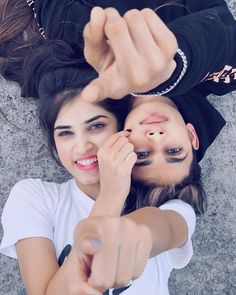 Friend Poses Photography, Romantic Couples Photography, Portrait Photography Poses, Couple Photography Poses, Cute Couple Poses, Couple Photoshoot Poses, Couple Dps, Photoshoot Ideas, Sister Poses