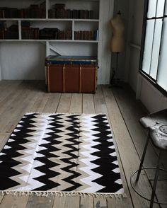 北欧ティストラグ『 シェブロン 』 ブラック×モカ系×ホワイト 150×120 - フェアレードショップAjee