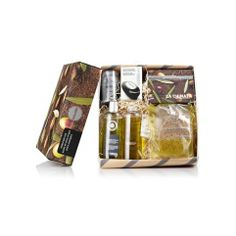 Pack Cosmética Gourmet Hombre deales para llevar cuándo nos vamos de viaje.   Contiene:    -Pack regalo mini hombre (3 x 15 ml)    -Champú Energizante 250 mL    -Gel de Baño y Ducha 250 mL    -Gel Antifatiga 50 mL    -Esponja Exfoliante     -Jabón de Oliva Negro 150gr