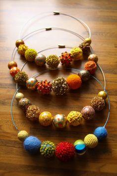 Obdivujem veľké šujtášové náhrdelníky, divoko kvitnúce kvetové party a čelenky, nápadné a opulentné kamene a rôzne iné mega statement šperky, prezentované v správnej chvíli na správnej, suverénnej...