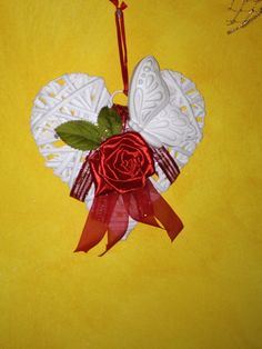 Cuore intrecciato decorato con gesso profumato e rosa di raso