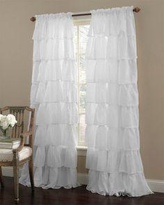 白のラッフルカーテンです。ちょっと透け感のある布地なので、さわやかな印象です。女の子のドリーミーなお部屋作りにぴったり!小さなプリンセスは、大喜びしそうですね。