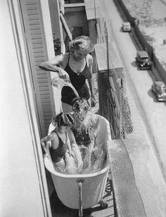 Paris, 1937 -- Black and White Photography Black White Photos, Black N White, Black And White Photography, Photo Black, Vintage Pictures, Old Pictures, Old Photos, Robert Doisneau, Old Paris