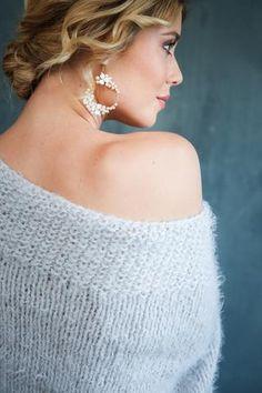 Opulente Creolen mit Perlen und Blüten - handgefertigt von La Chia Diese eleganten Creolen sind... Chia, Boho, Elegant, Drop Earrings, Jewelry, Fashion, Bride Earrings, Hair Jewelry, Handmade