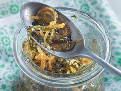 Chutneys sind würzige, meist süß-saure oder scharf-pikante Saucen der indischen Küche. Servieren Sie zu Fisch und Geflügel ein Zitronen-Kapern-Chutney.