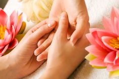 Acupressure Reflexology Massages to Cure Skin Disorders - There are many experiments that reflexology can cure skin problems in human body. Check out these Reflexology Massages to Cure Skin Disorders naturally. Acupressure Treatment, Acupressure Points, Reflexology Points, Getting Rid Of Migraines, Reflexology Massage, Foot Massage, Meridian Massage, Massage Lotion, Massage Therapy