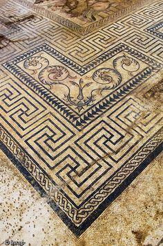 Mosaïque représentant l'histoire d'Achille datée de la fin du IIe s. ou du début du IIIe s. de notre ère. Fouille de l'avenue Jean Jaurès à Nîmes, gard...