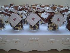 Garrafinhas de vidro com confeito de chocolate e rótulo personalizado.