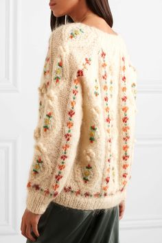 MUST HAVE: MES DEMOISELLES Chelsea embroidered cable-knit mohair-blend cardigan It's easy to imagine any cool French girl wearing Mes Demoiselles' 'Chelsea' cardigan when roaming Parisian rues with a coffee in ha… Knitwear Fashion, Knit Fashion, Knitting Blogs, Hand Knitting, Embroidery On Clothes, Sweater Embroidery, Knit Cardigan, Cable Knit Sweaters, Knitting Patterns