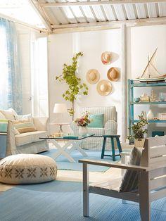 Un salón blanco y azul