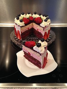 Erdbeer-Heidelbeer-Torte Strawberry and blueberry cake, a good recipe from the Festive category. Easy Cookie Recipes, Sweet Recipes, Cake Recipes, Dessert Recipes, Strawberry Desserts, Mini Desserts, German Baking, Ice Cake, Summer Cakes