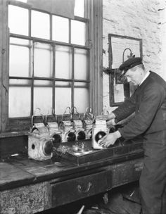 Lamp cleaner in Bletchley railway station, 1936 - Photos - Our collection Steam Railway, Halcyon Days, Photo Store, Pret, Historical Images, Train Tracks, Model Trains, Old Photos, 1930s