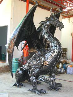 Drachen halb hinter einem Sessel-Thron stehend, der einen Flügel schützend über diesen ausbreitet
