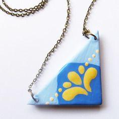 """Collier """" palmette"""", triangle céramique artisanale graphique bleu et jaune, fait main"""