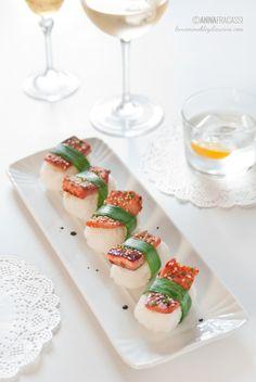 Nigiri di ispirazione giapponese, realizzati con riso per sushi, pesce cotto alla piastra e arricchito da una marinatura intensa e saporita. ©AnnaFracassi