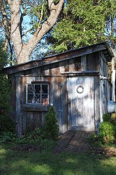 Garden Shed Rustic garden shed. I like the look of the door, window and ramp. I really need to add a ramp to my shed.Rustic garden shed. I like the look of the door, window and ramp. I really need to add a ramp to my shed. Backyard Studio, Backyard Sheds, Garden Sheds, Diy Garden, Shed Design, Garden Design, Garden Structures, Outdoor Structures, Rustic Shed