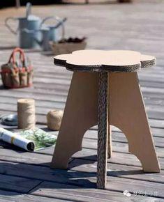 Cardboard flower stool diy - pattern and tutorial Cardboard Chair, Cardboard Recycling, Cardboard Sculpture, Cardboard Paper, Cardboard Crafts, Paper Crafts, Cardboard Cartons, Cardboard Playhouse, Cardboard Furniture