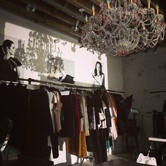 @thestyleskinnys photo: @toccany showroom chandelier love