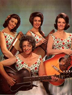 Mother Maybelle Carter and The Carter Sisters. June, Anita and Helen! The Carter Family. With out the boys Best Country Singers, Old Country Music, Country Western Singers, Country Music Artists, Country Music Stars, Outlaw Country, Country Style, Johnny And June, Johnny Cash