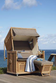 GARPA STRANDKORB.    Meer-Luxus im Garten: Der luxuriös ausgestattete Zweisitzer aus Teak und hochwertigem Kunststoffgeflecht bringt das Strandgefühl zu Ihnen in den Garten. Im Handumdrehen verwandelt er sich in eine Doppelliege.  Ref. 5355