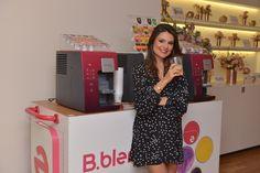 Nós estamos simplesmente fascinadas, encantadas pela mais recente inovação da Brastemp, a B.blend. Pensem em uma só máquina onde você consome a bebida que quiser: refrigerante, suco, chá quente, chá gelado, drinks, café, frapê, energético, chocolate quente, água com ou sem gás. Atualmente são mais de 20 sabores, em 10 tipos diferentes de bebidas. De-mais!!!!!!! …