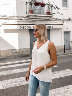 Mein Frühsommer Outfit: Ärmellose Bluse, Jeanshose und Ballerinas Bluse Outfit, Ballerinas, Casual Chic, Camisole Top, Jeans, Tank Tops, Alice, Blog, Sporty Chic