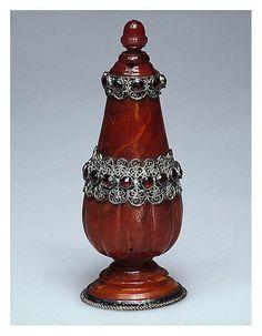 Botella de perfume-Ámbar plata y granates Alemania. Finales siglo 17 principios del 18-Copyright ©2003 State Hermitage Museum