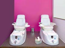 Clave los muebles del balneario de la silla de la pedicura del salón en pared rosada Fotos de archivo libres de regalías