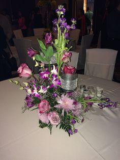 Centro de mesa con base de hierro de tres niveles en tonos lila y morado