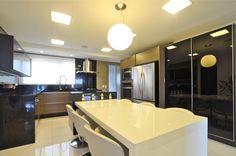 Com a elegante combinação de preto e branco, as arquitetas Cláudia Damasceno, Tania Lins Langenbach e Marcia Meira criaram lindas cozinhas com exclusivos móveis da Ornare! Confira a galeria de cozinhas em preto e branco!