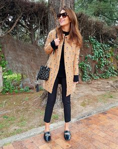 Tras la pista de Paula Echevarría » UN LINDO GATITO…. Black sweater+black skinny ankle pants+black slippers with gold details+camel cat print coat+black bucket bag with gold details+black sunglasses+gold jewelry. Winter To Spring Casual Outfit 2017