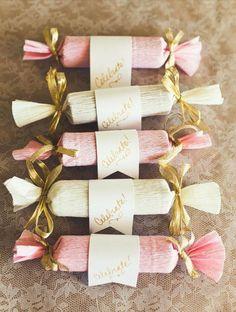 一年のうちで、ラッピング方法に一番迷うといえば、間もなくやってくるバレンタインではないでしょうか。手作りのチョコ菓子をプレゼントするのは良いけど、「ラッピングどうしよう?!」なんて悩んでしまいますよね。しかし、どうせプレゼントするなら最高に可愛い方法でラッピングしてあげたいもの。 そこで、ペーパーを