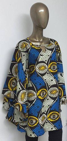 Robe avec décolleté en trou de serrure en ailes. Côtés courbes
