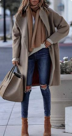 great street style dressing for the cold weather car length camel coat, cashmere scarf, oversized bag.great street style dressing for the cold weather Winter Fashion Outfits, Fall Winter Outfits, Look Fashion, Autumn Winter Fashion, Womens Fashion, Fall Fashion, Winter Style, Fashion Ideas, Ladies Fashion