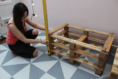 How to build pallet seating with built-in storage hidden storage. This DIY is quick, easy and super cheap! Check out the full tutorial here to build yours! Pallet Seating, Pallet Bench, Pallets Garden, Pallet Gardening, Flat Ideas, Uk Homes, Built In Storage, Home Renovation, Outdoor Storage
