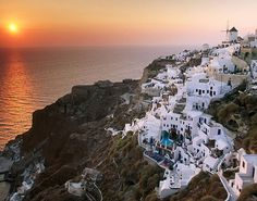 Beautiful sunset on the Santorini island tour - Greece . one of your destinations in Greece is Beautiful sunset on the Santorini island. Greece Wallpaper, World Wallpaper, Wallpaper Wallpapers, Desktop Backgrounds, Cinque Terre, Dream Vacations, Vacation Spots, Beautiful Islands, Beautiful Places